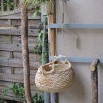 Outdoor-Kletterwand mit Baumstamm-Elementen