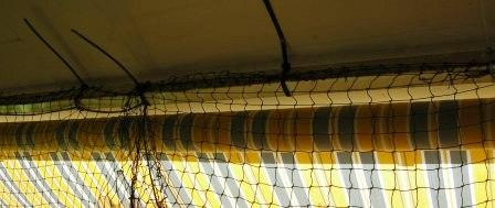Sicherung des Netzes an der Decke