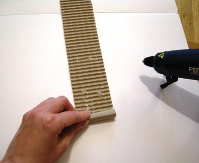 ersten Streifen für das DIY Kratzboard aufrollen