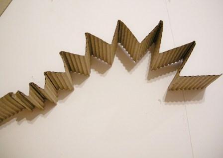 Wellpappe zieharmonikaförmig falten